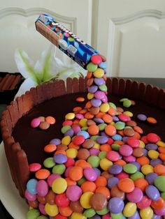 A really fun and quirky birthday cake idea. The kids will be amazed by the gravity cake with their favourite lollies or chocolates falling down. Anti Gravity Cake, Gravity Defying Cake, Smarties Cake, Sewing Machine Cake, Olaf Cake, Popcorn Cake, Waffle Cake, Bird Cakes, Types Of Cakes