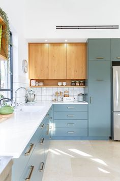 Colour cabinetry and contrast wood accent interesting Kitchen Room Design, Kitchen Dinning, Modern Kitchen Design, Home Decor Kitchen, Interior Design Kitchen, Kitchen Furniture, New Kitchen, Home Kitchens, Dining