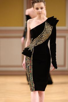 Tony Yaacoub - here's a model who clearly looks pale, wan, ashen, and washed out in this black dress. Fashion Details, Look Fashion, High Fashion, Fashion Show, Fashion Design, Net Fashion, Elegant Dresses, Beautiful Dresses, Nice Dresses