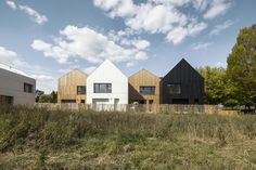 NZI Architectes have completed the commune of Nogent-le-Rotrou in northern France, a new social eco-friendly housing development made of wood and straw. Architecture Design, Timber Architecture, Contemporary Architecture, Insulation Materials, Social Housing, Affordable Housing, Construction, Scandinavian Home, Green Building