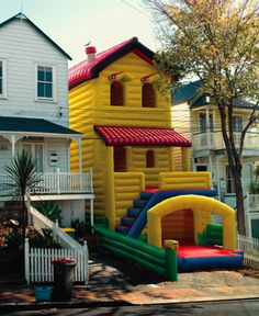 Check out all our Giant Blow Up House funny pictures here on our site. We update our Giant Blow Up House funny pictures daily! Bouncy House, Bouncy Castle, Structures Gonflables, Real Estate Prices, Real Estate Humor, Up House, Castle House, Kids House, Happy House