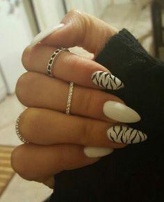 Nail art mandorla bianco con anulare e indice zebrati