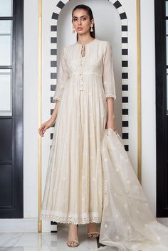 Bring a glamorous uplift to your wardrobe with Sania Maskatiya aesthetic clothing range from formal dresses to luxury Pret wears collection. Casual Indian Fashion, Pakistani Fashion Party Wear, Pakistani Formal Dresses, Shadi Dresses, Pakistani Dress Design, Pakistani Outfits, Indian Outfits, Designer Party Wear Dresses, Kurti Designs Party Wear