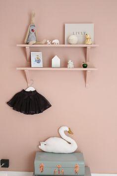 hyllor i samma färg som väggen för prydnader och fina leksaker
