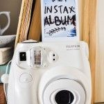 Instax mini appareil photo polaroid :) if i got one of these i would love my parents forever Instax Mini 8 Camera, Fujifilm Instant Camera, Fuji Instax Mini, Fujifilm Instax Mini 8, Cardboard Camera, Cute Camera, Polaroid Pictures, Polaroids, Photo Deco