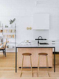Californian Bungalow Kitchen Interior Design by Arent & Pyke – Design. Bungalow Kitchen, Bungalow Interiors, Scandinavian Kitchen Design, Open Plan Kitchen, Modern Interior Design, Home Kitchens, Minimalist Kitchen, Kitchen Renovation, Kitchen Design