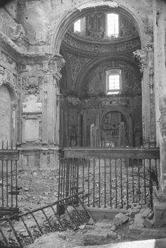 Iglesia de San Andrés (Madrid) incendiada en 1936. Foto Madrid, Murcia, Abandoned Houses, Paths, Entrance, Cathedral, Spanish, To Go, Painting