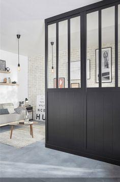 Cette cloison amovible permet de moduler l'espace dans le salon, sans travaux, tout en apportant une ambiance industrielle très tendance. http://www.homelisty.com/verriere-leroy-merlin/