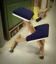 разложенный стул для работы на коленях