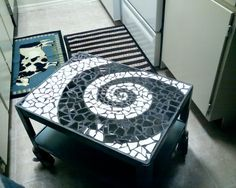Love this swirl mosaic! I wanna do this to my coffee table! Mirror Mosaic, Mosaic Diy, Mosaic Crafts, Mosaic Projects, Mosaic Glass, Mosaic Tiles, Stained Glass, Mosaic Coffee Table, Diy Coffee Table