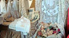 Esposizione di pizzi - trine e merletti, antica biancheria, tessuti d'arredo di alto antiquariato