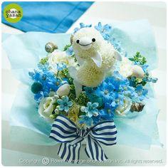 キュート!ポンポンマム(菊の花)で出来たイルカのフラワーアレンジメント。Cute! An animal doll made with chrysanthemums.