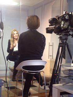 Nuestra dating coach, María Garay, contesta a las preguntas de la televisión para un reportaje que hacen sobre el Online dating #meetic #datingcoach Dating Coach, New Relationships, Couples