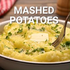 Want to know how to make light, fluffy, buttery mashed potatoes? Tips on how to get perfect mashed potatoes just like Grandma made! Homemade Mashed Potatoes Recipe, Whipped Potatoes, Easy Potato Recipes, Mashed Potato Recipes, Easy Dinner Recipes, Western Food, Food Videos, Recipe Videos