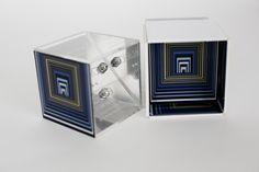 convite interativo em forma de cubo de acrílico com texto em chapa de metal no centro