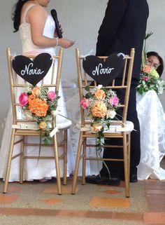 decoración sillas novios con letrero y espaldares en flores