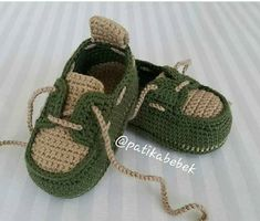 Crochet Baby Sneakers by Croby Patterns - Salvabrani How to Crochet Cuffed Baby Booties - Crochet Ideas This pin was discovered by ann – Artofit Image gallery – Page 516577019755853511 – Artofit Crochet Baby Sandals, Crochet Shoes, Crochet Baby Booties, Crochet Slippers, Baby Boy Booties, Baby Boots, Cute Baby Shoes, Baby Girl Shoes, Baby Knitting Patterns