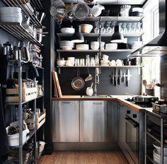 Kleine Küche mit FAKTUM Schränken mit RUBRIK Fronten in Edelstahl, GÖRLIG Backofen in Edelstahl, UPPDRAG Dunstabzugshaube für Wandmontage in...