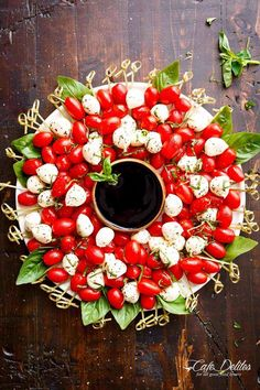 Get inspired by the Christmas wreath on your front door and make this edible caprese wreath.  #holiday #recipe #food #ideas #christmas #comfortfood #appetizers #inspiration Simple Christmas, Very Merry Christmas, Christmas Wreaths, Salada Caprese, Caprese Salad, Finger Food Appetizers, Finger Foods, Appetizer Recipes, Christmas Appetizers