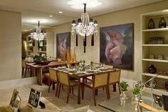 Adoro essa sala! A mesa quadrada pra 8 pessoas é de madeira e vidro, e as cadeiras fazem conjunto, com encosto de palhinha. O pendente rebuscado em cristal é o ponto  principal, que dá um toque de sofisticação. O espelho, a tela e o tapete de couro complementam a decoração. Projeto: Cybele Barbosa para Casa Cor Brasília.