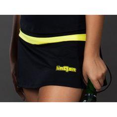 Falda de Pádel Linqor Pro Tech Negra. Fabricada en tejido técnico Meryl ActiSystem con detalle de banda amarilla y logo linqor pequeño en bordado o vinilo textil.