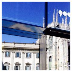 """Tre in uno.  #traunconcertoelaltro #inungiornodifesta  #piazzadelduomo #museodel900 #palazzoreale #duomo #Milano #Milan #vetrate #riflessi #blu #glass #reflections #blue """"Perché la bellezza è concentrata"""" #whywelovemilano #loves_milano #milanodavedere #milano_go  #igersmilano #igersitalia  #conlaverdipermilano by thegianaz"""
