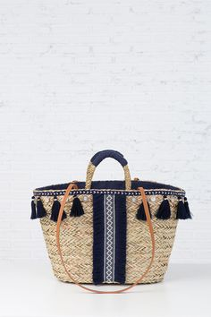 Basket with black pompoms and black decoration - Ibiza Strand, Diy Fashion, Fashion Bags, My Bags, Purses And Bags, Mode Lookbook, Diy Sac, Bags 2017, Boho Bags