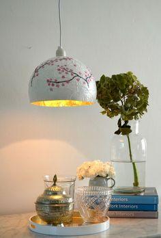 basteln-zeitungspapier-pappmaschee-lampe-hängeleuchte-blumen-vase-bücher-tisch