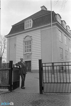 Giersings Realskole fyldte 100 år i 1966.  Skolebestyrer H. Gadegaard ses ved lågen til den hundredårige privatskole på Nonnebakken.
