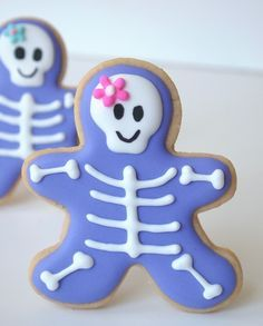 Sweet Halloween Skeleton Cookies from a Gingerbread Man Cutter(no recipe's, just. Sweet Halloween Skeleton Cookies from a Gingerbread Man Cutter(no recipe's, just the idea, make c Fall Cookies, Iced Cookies, Cute Cookies, Royal Icing Cookies, Cookies Et Biscuits, Holiday Cookies, Halloween Desserts, Postres Halloween, Halloween Treats