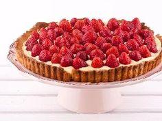 Deliciosa torta con fresas o frutos rojos