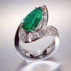 Scavia emerald & diamond ring