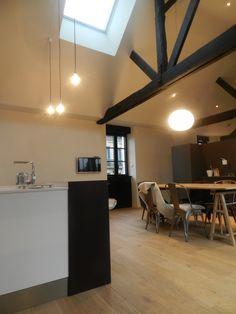 salle manger blanche plafond poutres apparentes peintes en noir chaises blanches eames chez. Black Bedroom Furniture Sets. Home Design Ideas