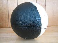 Dans le programme du MELS des sciences, nous devons présenter les phases de la Lune et ce phénomène semble très abstrait. J'adore la façon qu'il présente les phases de la Lune avec le ballon de basketball.