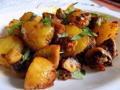 Brambory uvaříme ve slupce a necháme je částečně vychladnout. Pak je oloupeme, nakrájíme na větší kusy. Žampiony oloupeme a nakrájíme na... Vegetable Recipes, Potato Salad, Food Porn, Food And Drink, Potatoes, Treats, Vegetables, Cooking, Ethnic Recipes