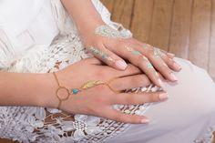 Bracelet de main COBA - anneau, plume doré et pierre couleur turquoise : Bracelet par amelys