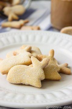 Biscoitos amanteigados de Páscoa são super fáceis de fazer e você vai precisar de poucos ingredientes para prepará-los em casa. Que tal chamar as crianças para ajudar no preparo e transformar essa receita numa grande brincadeira? Tenho certeza que todos irão amar o resulto final.   Cozinha Legal