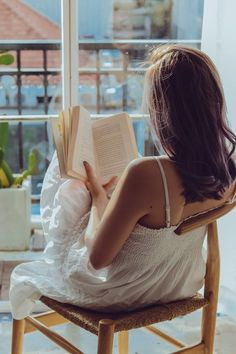 Girl Reading Book, Woman Reading, Books To Read For Women, Aesthetic People, Selfie Poses, Nude Photography, Photo Poses, Girl Photos, Photoshoot