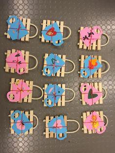 Ekaluokkalaisten nikkaroimat äitienpäivälahjat ja -kortit. Rimaan porattu reiät ja naru pujotettu läpi. Lopuksi naulattu pikku naulat, jotta naru pysyy paikoillaan.(Alkuopettajat FB -sivustosta / Satu Säkkinen)
