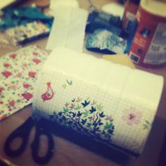 Reciclando latas en nuestros talleres de manualidades y crafts.  WWW.galeriapurpura.com