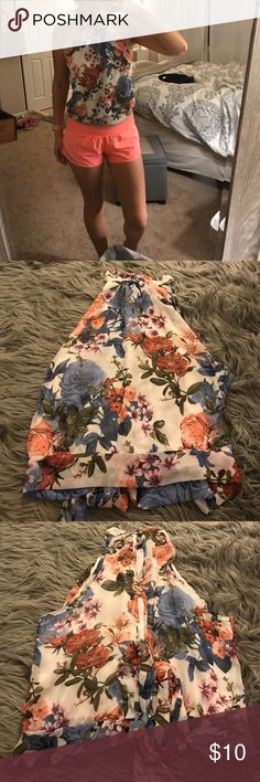 Floral Halter style tie back top This top is so flattering on and looks great with jeans and heels. Perfect going out top. Tops Blouses