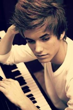 Guys who play Piano. This is a whole thing, girls LOVE guys who play piano ,its super classy. I think is so so sexy when guys can play piano. Senior Pictures Boys, Senior Photos, Guys With Green Eyes, Piano Photography, Photography Portraits, Photography Ideas, Raining Men, Tumblr Boys, Favim