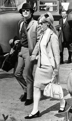 John Lennon John Lennon com sua primeira mulher, Cynthia Lennon, em 1965. Detalhe da meia toda trabalhada!