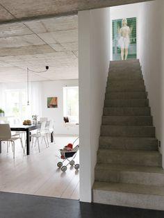 Treppe in Sichtbeton, Estrich, Holzboden - tolle Kombination!