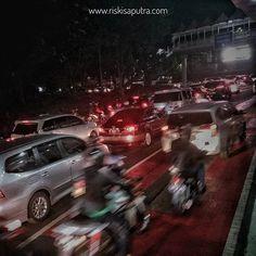 Club anti transportasi publik membuat jalanan ibu kota tak enak dipandang mata dan udara tak sedap bila dihirup.  #streetphotography #smartphonephotography #ponselfotografi #blogger #travel #visitjakarta #jakarta_daily #hits #kekinian #jomblo #singel #happy #love #powerfull #dark #glowinthedark #night #star #moon #macet #xiomi #xiomifotography #xiomiyiindonesia