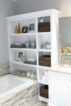 Une étagère réutilisée au pied de votre baignoire est un système de rangement très pratique pour une petite salle de bain.