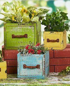 Stunning Wooden Garden Planters Ideas Try - Page 15 of 53 Wooden Garden Planters, Wooden Planter Boxes, Diy Garden Projects, Diy Garden Decor, Old Crates, Wood Drawers, Easy Garden, Container Gardening, Garden Design
