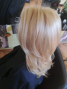 Beige super light blonde layerd haircut