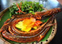 7. Cá chìa vôi nướng sa tế: Cá chìa vôi dài như con lươn nhưng da cá không trơn bóng và có màu hồng đỏ. Đây là loại cá chỉ có một trục xương sống ở giữa, còn lại toàn thân là thịt. Để làm món nướng, trước tiên cá được cắt miệng, móc mang, bỏ ruột, rửa sạch, để ráo sau đó ướp với nghệ, ớt tươi, hành tỏi, mắm muối cho thấm đều rồi nướng chín trên bếp than hồng. Ăn kèm món này phải có một đĩa muối ớt xanh giã nhuyễn, đĩa rau thơm, một ít bánh tráng và một chén mắm nêm.