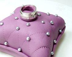 Estrade's cakes: tarta con fondant con forma de cojín, ideal para pedidas
